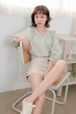 HONEY YU KR FLORAL EMBROIDERY TOP IN MILK GREEN