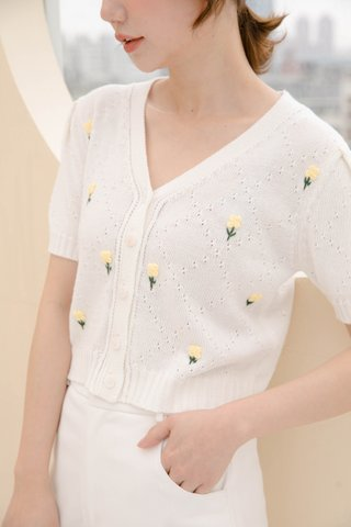 HONEY YU KR EMROIDERY FLORAL KNIT TOP IN CREAM
