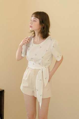 LOVEY HONEY KR EMBROIDERY FLORAL TOP IN WHITE